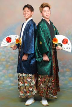 紋付袴を着た男性二人組