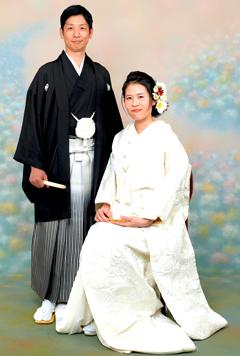 白無垢の新婦と紋付袴の新郎