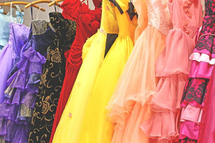 まからんやのお店にあるカラードレス